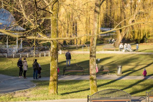 Nowe rozporządzenie nie zakazuje wychodzenia na spacery, ale należy ograniczyć je do minimum.