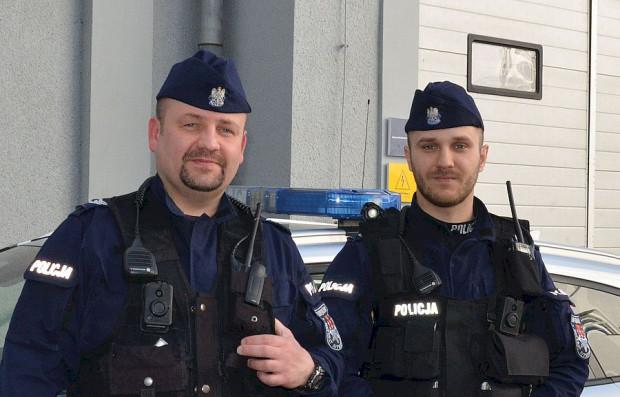 Policjanci Damian Rusiecki i Paweł Kulak eskortowali taksówkę z rodzącą kobietą w drodze do szpitala.
