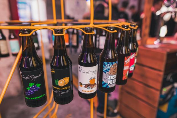 Lokalne browary i sklepy z kraftowymi alkoholami działają - sprzedają piwo na wynos w butelkach lub dowożą do domu.