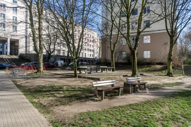 Skwer ze stołami do tenisa stołowego na placu przed Biblioteką Wiedzy, 25.03.2020, Gdynia Wzgórze św. Maksymiliana