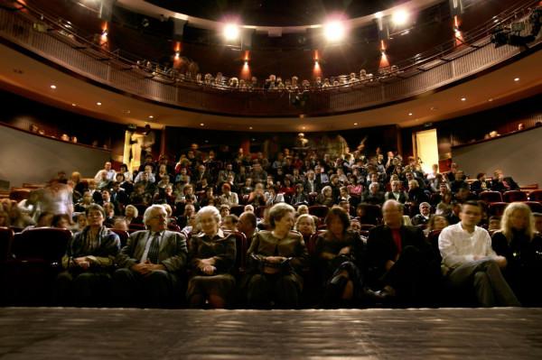 Na takie obrazki w jak najbliższym czasie liczą wszyscy ludzie teatru. Z okazji Międzynarodowego Dnia Teatru, obchodzonego 27 marca, wszystkim życzmy sobie artystów na scenach i pełnych widowni.