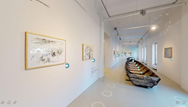 """Gdańską Galerię Güntera Grassa można poznać dzięki wirtualnemu spacerowi, na którym obejrzymy wystawę """"Encontros"""" oraz jej aneks w postaci wieloelementowej instalacji Bianki Rolando pt. """"Dobosz""""."""