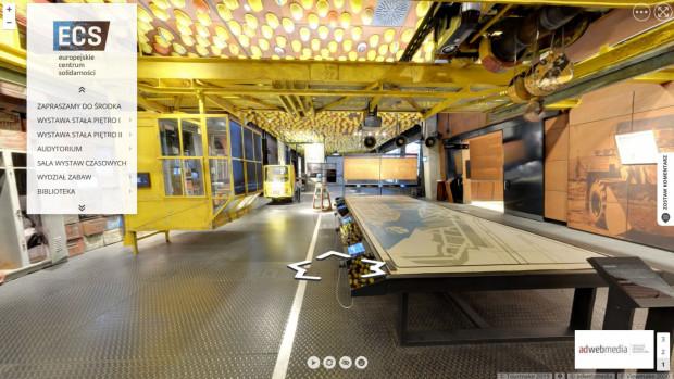 Wirtualny spacer po Europejskim Centrum Solidarności pozwala zwiedzić zarówno wystawę stałą, jak i okolice budynku, m.in. historyczną Bramę nr 2 i plac Solidarności.