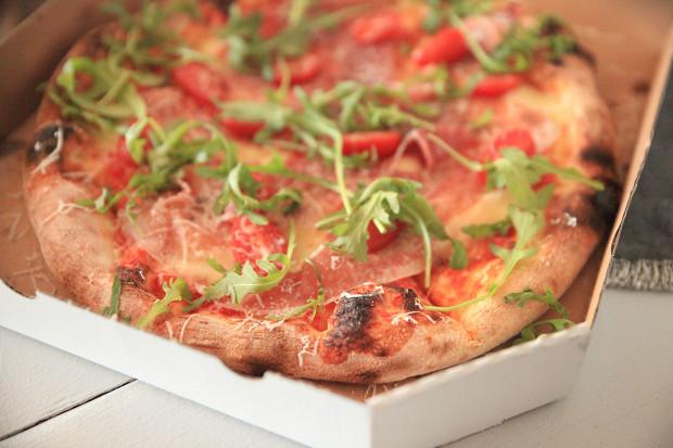 Testuję kolejne dania zamówione na telefon. Na zdjęciu: pizza Parma od pizzerii Na Okrągło.