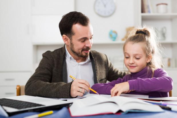 Nowe przepisy obowiązują od 25 marca 2020 r. do 10 kwietnia 2020 r. - od środy wszystkie szkoły muszą obowiązkowo uczyć dzieci na odległość. Do tej pory zdalne nauczanie nie było obowiązkowe.