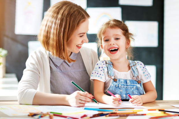 Problemy i wyzwania, jakie stawia zdalna edukacja, zostają głównie na barkach rodziców i nauczycieli.