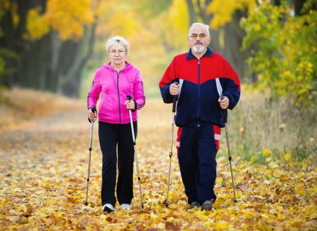 W ostatnich latach seniorzy upodobali sobie maszerowanie z kijkami. W obecnej sytuacji muszą je jednak odstawić.