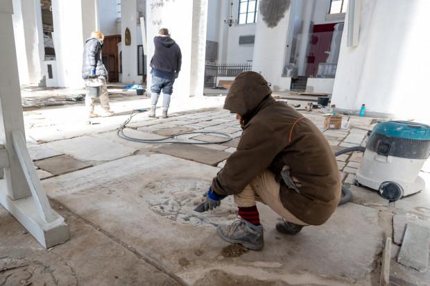 Renowacja posadzki w Bazylice Mariackiej w Gdańsku. Zdjęcia zostały wykonane we wtorek, 24 marca.