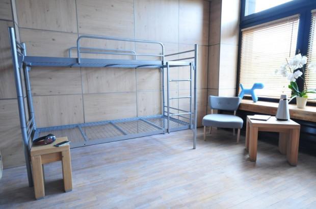 Metalowe łóżka mają łatwą możliwość piętrowania.