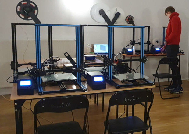Trójmiejscy licealiści zaczynali od drukowania przyłbic w domu, a teraz mają do tego osobny lokal z pięcioma drukarkami 3D.
