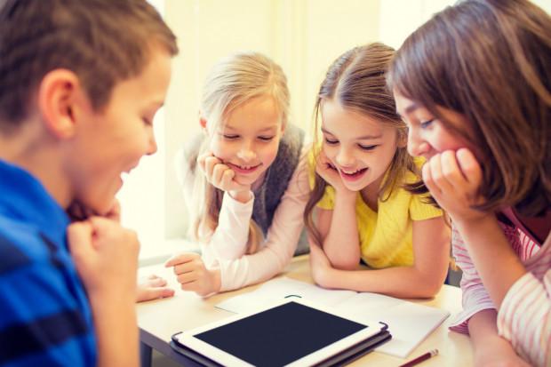 Ostatnie tygodnie zdalnej nauki pokazały, że brakuje komputerów, laptopów a nawet dostępu do internetu.