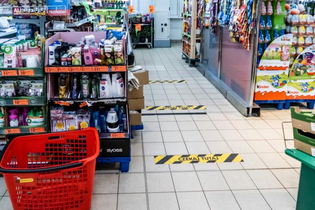 Niewykluczone, że na podłogach tramwajów pojawią się taśmy podobne do tych, jakie spotkać można w sklepach.