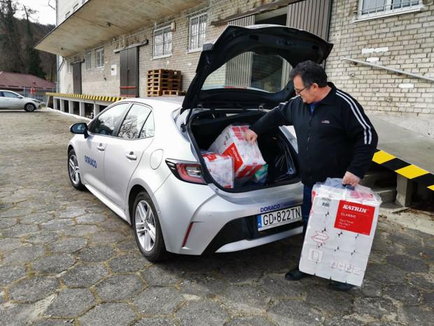 Doraco szpitalowi na Polanki przekazało ręczniki papierowe i gogle, które mają chronić personel medyczny.