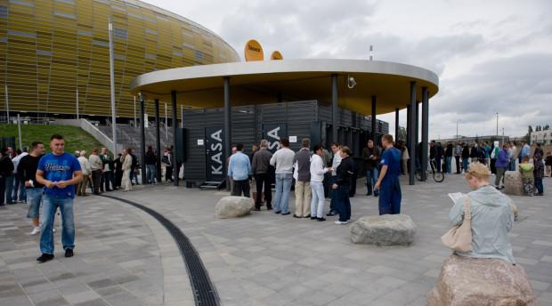 W długich kolejkach po Kartę Kibica warto stać nie tylko po to, by wejść na stadion, ale również by cokolwiek na nim kupić.