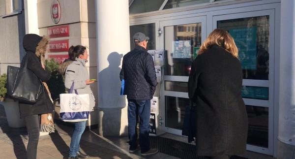 Magistraty w Trójmieście pozostają zamknięte od 13 marca, kiedy została zrobiona fotografia. Urzędy wydają jednak m.in. dowody osobiste.
