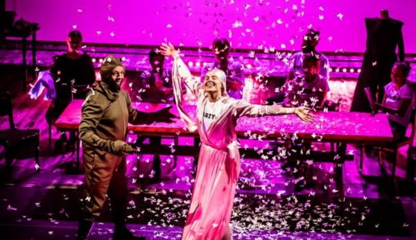 """Spektakl """"Poskromienie złośnicy"""" w reżyserii Marii Spiss udostępnił Teatr im. Aleksandra Fredry w Gnieźnie."""