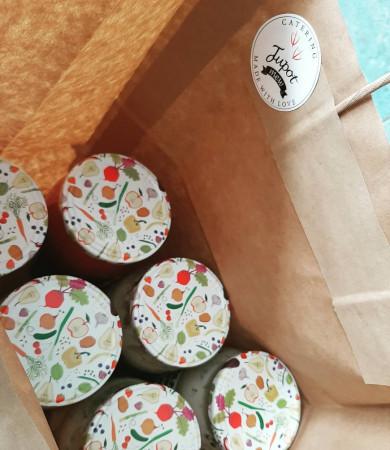 Tupot Mew także proponuje menu zapakowane w słoiki w formie wegańskiej i mięsnej.