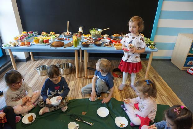 W książeczce można znaleźć przepisy na wiele smacznych, zdrowych i nieskomplikowanych potraw, które można wspólnie z dziećmi przygotować w domu.