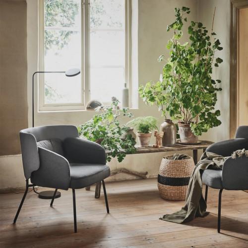 Kompaktowe foteliki zwykle udaje się wkomponować nawet we wnętrza, gdzie nie ma zbyt wiele miejsca.
