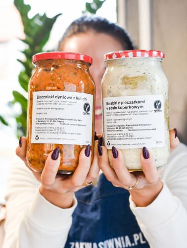 Trójmiejska Zakwasownia większość asortymentu sprzedaje w szkle. Kupimy tu m.in. zakwasy, kiszonki oraz dania na wynos w słoikach.