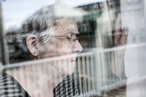 To dla seniorów trudny czas, bo z bliskimi widują się najczęściej jedynie przez okienną szybę.