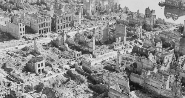 Zabytkowe centrum Gdańska zostało niemal doszczętnie zniszczone pod koniec II wojny światowej. Planowane muzeum ma uzmysłowić zwiedzającym, jak ogromnym wysiłkiem - i jednocześnie - sukcesem - było przeprowadzenie odbudowy. Na zdjęciu zrujnowana zabudowa ulic Mariackiej (na dole) i św. Ducha.