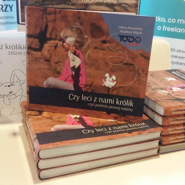 """Książka """"Czy leci z nami królik, czyli podróże pewnej rodziny"""" to przykład tzw. self-publishingu (samopublikowania), czyli publikowania nakładem własnym autora."""