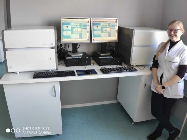Na zdjęciu Izabela Szczygielska, diagnosta laboratoryjny i specjalista ds. systemu zarządzania jakością - jedna z organizatorek pracowni diagnostyki koronawirusa w 7. Szpitalu Marynarki Wojennej w Gdańsku - oraz dwa termocyklery Light Cycler 480 II do oznaczania materiału genetycznego koronawirusa metodą PCR w czasie rzeczywistym.