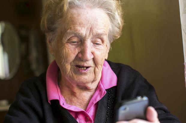 Oszust zadzwonił do 88-latki i podał się za prokuratora. Niedługo później seniorka straciła prawie 40 tys. złotych. Zdjęcie ilustracyjne.