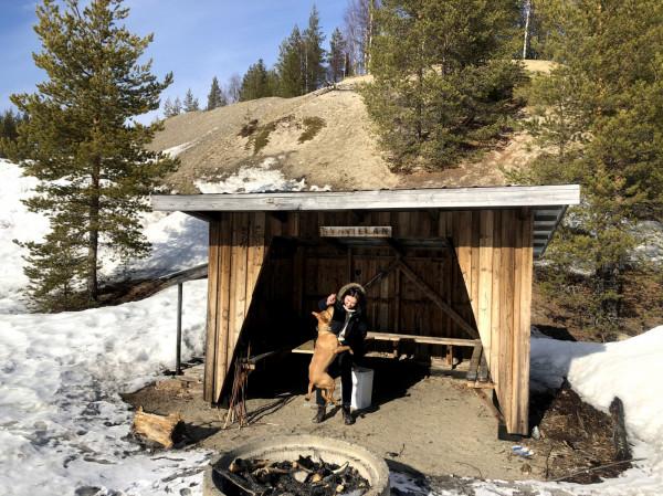 """Magdalena nagrywa podcast """"Kajka nadaje"""", w którym czyta szwedzkie baśnie i opowiada o życiu na biegunie."""