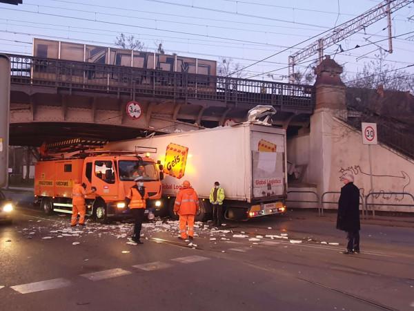 Kierowca ciężarówki tłumaczył, że nie zauważył, że wjeżdża pod zbyt niski wiadukt, bo się zagapił.