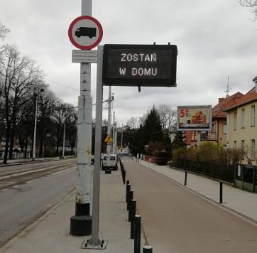 Znak zmiennej treści w połowie marca stanął między Operą Bałtycką a wiaduktem na Hallera. Na razie wykorzystywany jest w walce z koronawirusem i apeluje do kierowców, by zostali w domu.