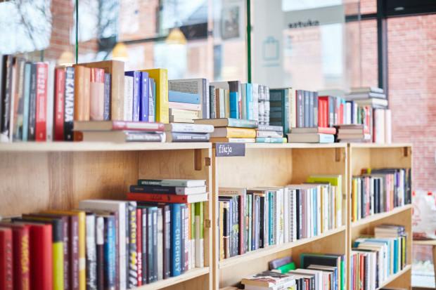 - Nasi czytelnicy chętnie kupują kilka książek naraz, często proszą, aby polecić coś ciekawego lub na prezent. Przy większych zamówieniach są też rabaty - mówi Malwina Antczak ze Sztuki Wyboru.