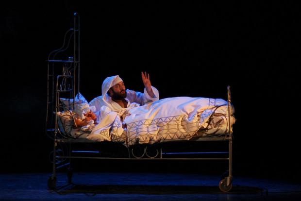"""W historii Teatru Muzycznego w Gdyni """"Skrzypek na dachu"""" zajmuje szczególne miejsce. Dwukrotnie z wielkim powodzeniem wyreżyserował go Jerzy Gruza. Na zdjęciu jego inscenizacja z 2008 roku, z Bernardem Szycem w roli Tewjego Mleczarza."""