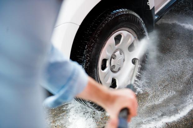 Czy za mycie auta w myjni można otrzymać mandat? Odpowiedź jest prosta: tak.