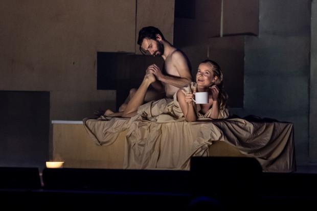 """Spektakl """"Uczta"""" w reżyserii Krzysztofa Garbaczewskiego jest kolejną propozycją Nowego Teatru w Warszawie, której nagranie można zobaczyć online (w niedzielę i poniedziałek 12-13 kwietnia)."""