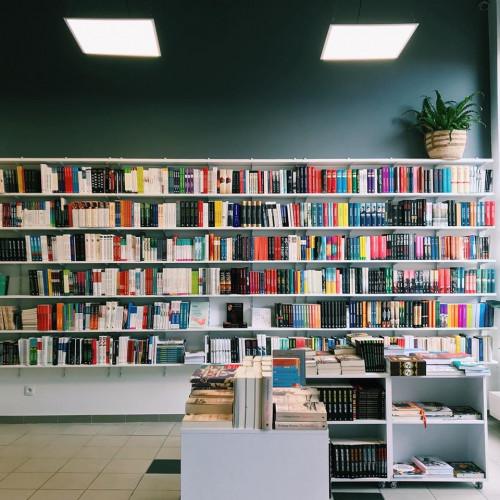 Książka to nadal najważniejszy element kultury. Tymczasem w Polsce spada czytelnictwo i małe, autorskie księgarnie - znikają.