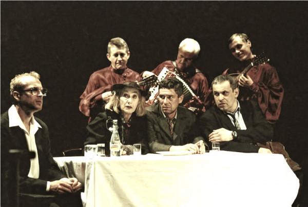 """Regularny repertuar online proponuje również Teatr Współczesny w Warszawie, przypominając nieco starsze produkcje, jak """"Wniebowstąpienie"""" z 2005 roku w reżyserii Macieja Englerta."""