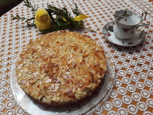 Widoczne na zdjęciu ciasto migdałowe to tylko jeden z mnóstwa smakołyków, które można zamówić na Wielkanoc w ramach akcji Po dobro lokalnie. W ofercie kilkunastu przedsiębiorstw społecznych znajdują się także inne wypieki, wędliny, dania mięsne i jarskie czy zupy.