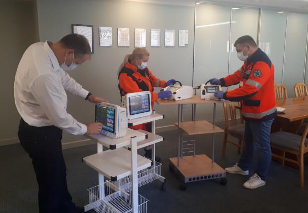 Sprzęt odbiera Stanisław Ciroski, zastępca dyrektora ds. administracyjno-technicznych spółki Szpitale Pomorskie, oraz ratownicy medyczni.