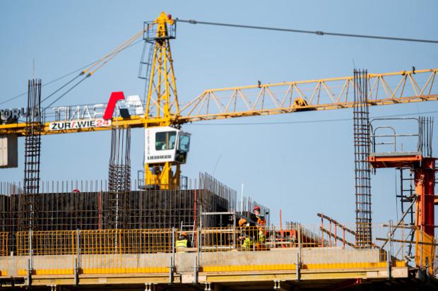 Budowa biurowca Format w Oliwie, 8 kwietnia 2020. Pomimo epidemii powstają kolejne kondygnacje budynku.