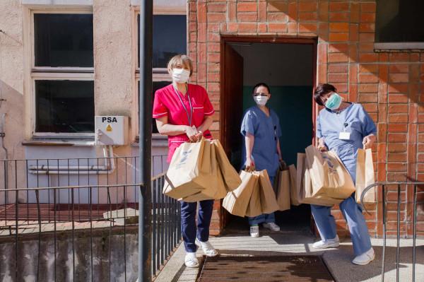 Firmy z Trójmiasta i te duże, i małe ruszyły z pomocą. Kupują respiratory, testy, wyposażają laboratoria, zdobywają szczególnie cenne środki ochrony osobistej. Wszystko, aby pomóc służbom medycznym w walce z koronawirusem.