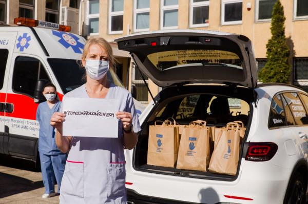 Centrum Riviera przygotowało 2 tys. paczek dla osób pracujących na pierwszej linii frontu i najbardziej potrzebujących. Wczoraj wolontariusze pakowali paczki dla zespołu zUniwersyteckie Centrum Medycyny Morskiej i Tropikalnejw Gdyni.
