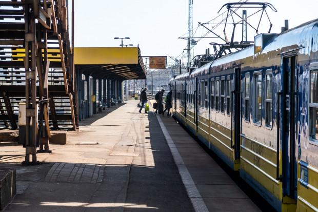 Stare schody, wiekowa wiata i zniszczona nawierzchnia - tak obecnie prezentuje się przystanek SKM Gdynia Stocznia. Nie ma wątpliwości, że remont jest mu potrzebny.