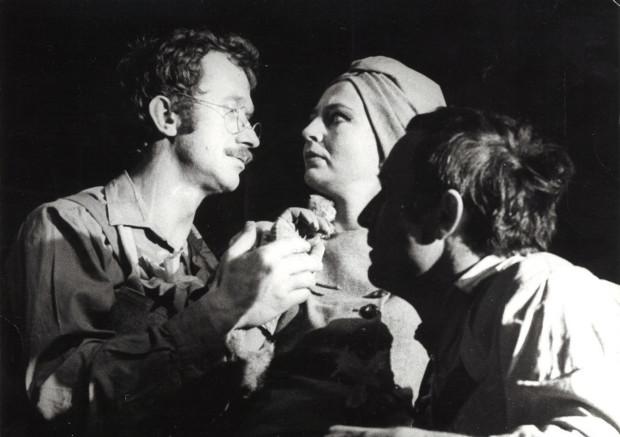 """Ważne spektakle w historii Teatru Wybrzeże przygotowywał etatowy reżyser Wybrzeża na przełomie lat 70. i 80. - Marcel Kochańczyk. Jednym z nich byli """"Szewcy"""" ze świetną rolą Joanny Bogackiej (w środku)."""