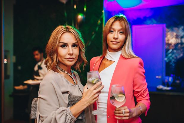 """Od lewej: Blanka Lipińska (autorka bestsellerów """"365 dni"""", """"Ten dzień"""", """"Kolejne 365 dni"""") na zdjęciu z przyjaciółką."""