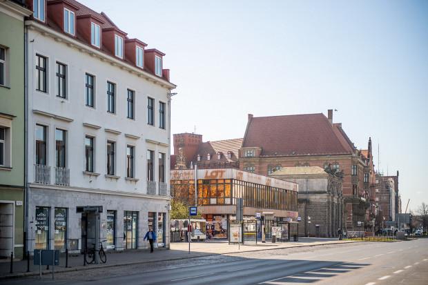 W ramach zabudowy terenów LOT-u ma zostać rozebrany budynek przy Wałach Jagiellońskich 8 (z lewej). Wcześniej inwestor nie prezentował takich zamiarów.