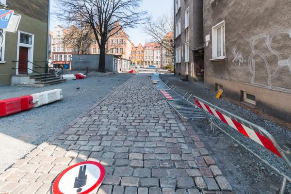 Wojewódzki Konserwator Zabytków oczekuje ułożenia bruku w historycznym kształcie oraz wyraźnego zaznaczenia krawężnikami jezdni i chodnika.