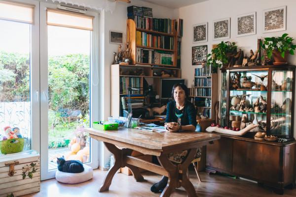 Agata Półtorak - ilustratorka, autorka książek dla dzieci i gawędziarka w swojej pracowni w Sopocie.