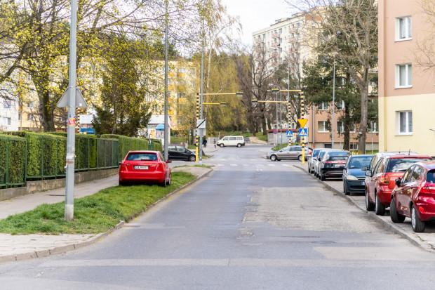 Nowe miejsce postojowe powinny sprawić, że skończy się rozjeżdżanie przez kierowców trawnika.